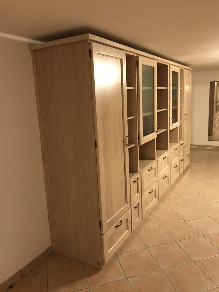 Fianco a vista del soggiorno in legno di castagno compreso di cornice