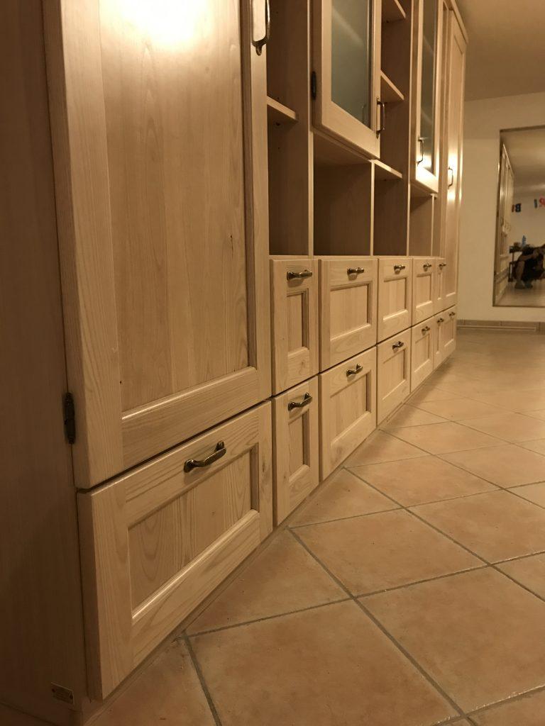 Vista dei cassetti e cestoni del soggiorno in legno di castagno